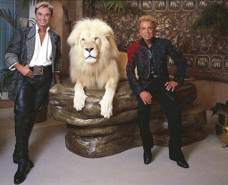 Alle irgendwie blond: Siegfried & Roy & Löwe (Mitte)